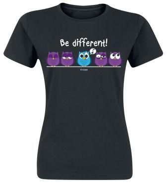 """Be Different!  - print op de voorkant - ronde hals - zwart girls shirt  Wees anders en ga rockend door het leven! Het zwarte """"Be Different"""" girls shirt heeft een print van een paar uilen op een stok, waarvan er één een opvallend andere kleur heeft. Be Different!"""