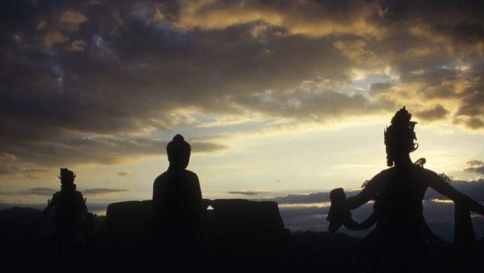 Buddha ist allgegenwärtig auf Borobodur. Die Statuen, die ihn darstellen, sind kaum zu zählen. Pilger suchen hier die Erleuchtung. Den Gelehrten aber gibt Borobodur Rätsel auf. Wozu dieses Heiligtum auf der Insel Java einmal diente, weiß heute keiner mehr genau.