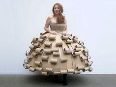 """Robe en carton recyclé (projet """"Cardboard Couture"""" des étudiants du Strode College, UK)"""