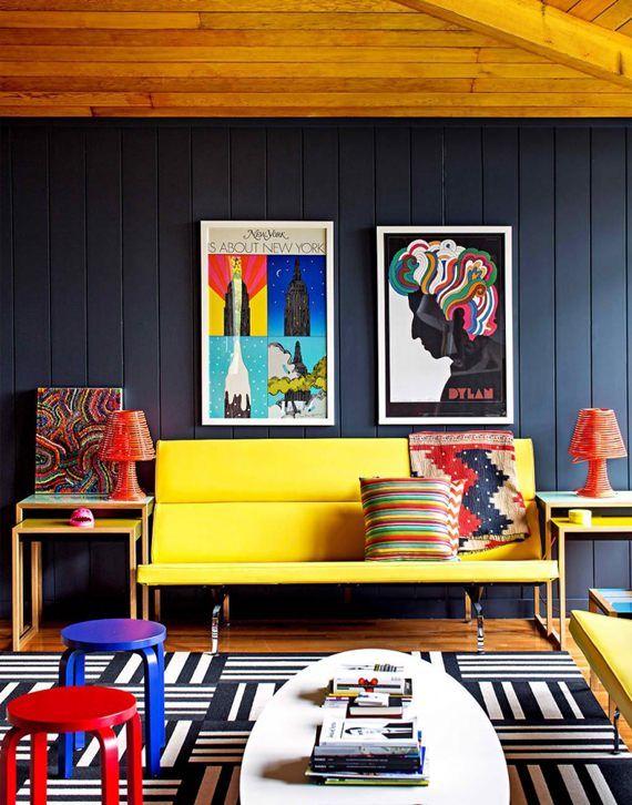 Sala supermoderna com acessórios de personalidade. As cores primárias — o amarelo, vermelho e o azul — combinam superbem entre si e conferem um ar lúdico para a composição. Divertido e despojado como um ambiente de convívio deve ser.
