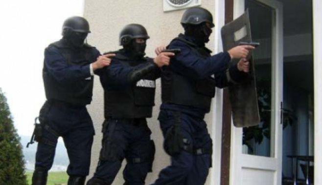 Aproximativ 90 de politisti au descins, marti dimineata, la douazecisi patru de adrese din Bucuresti si Giurgiu pentru a pune in aplicare 15 mandate de aducere pe numele a unor persoane suspectate de