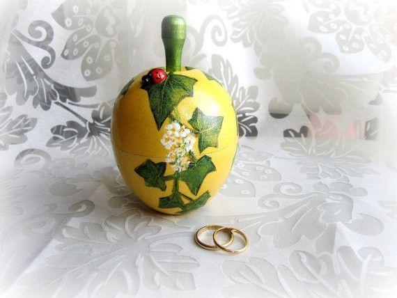 Cuscini per le fedi - Scatola portafedi legno mela gialla con edera - un prodotto unico di GattyGatty su DaWanda