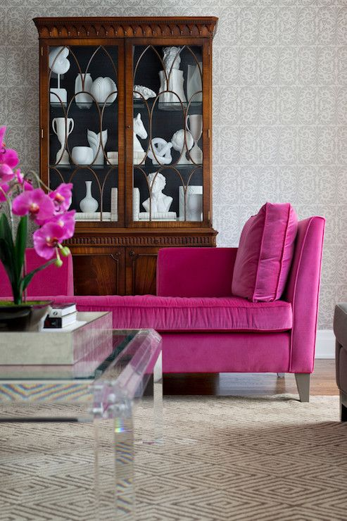 Pink velvet sofa.                                                                                                                                                                                 Mais