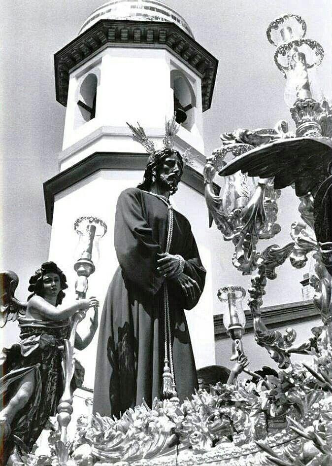 Señor Cautivo y a la Virgen de las Mercedes, Titulares de la Hermandad del Tiro de Línea, saliendo de la Iglesia de Santa Genoveva para realizar su estación de penitencia en la soleada tarde del Lunes Santo 5 de abril de 1993….