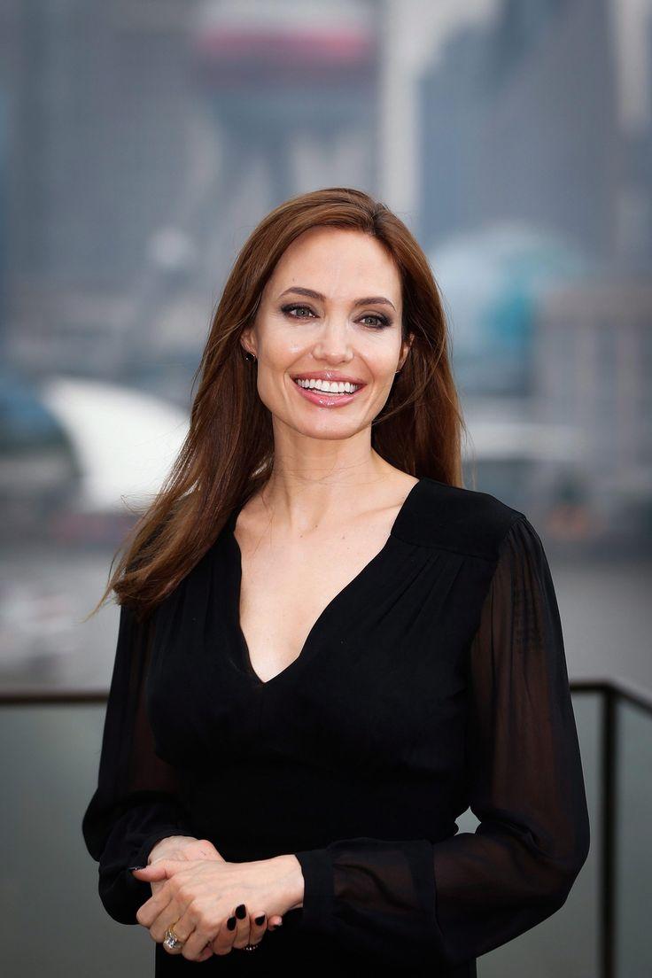Angelina Jolie amerikai színésznő a Demóna (Maleficent) című filmjét népszerűsíti Sanghajban 2014. június 3-án. Az alkotás a 2014. június elsejei bemutatót követően 70 millió dolláros bevétellel a mozijegy-eladási toplista élére került az Egyesült Államokban.  (MTI/EPA)