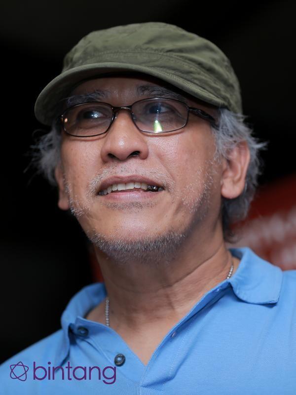 Kasus kekerasan seksual seakan menjadi momok mengerikan. Hal ini pun diakui musisi Iwan Fals. Apalagi setelah kasus kekerasan seksual dengan gagang pacul yang menimpa Enno Parhihah mencuat ke permukaan. Bahkan ia menghimbau agar pelaku dijatuhi hukuman mati atas perbuatannya yang sangat keji.  (Adrian Putra/Bintang.com)  #IwanFals #Selebritis #EnnoParihah #Bintang #Indonesia