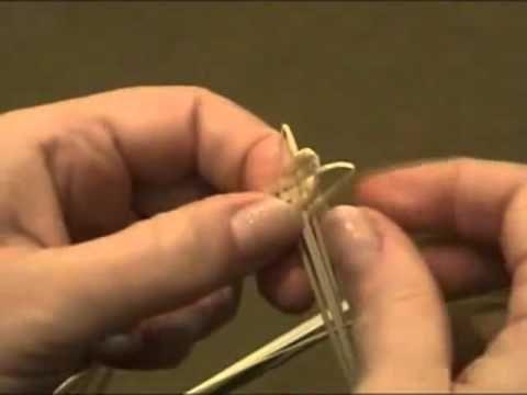 http://hobbyndom.ru/archives/pletenie-iz-solomy-list-s-ushkami/ В этом видео мастер классе, вы увидите еще одно плетение из соломы. Используя это плетение мо...
