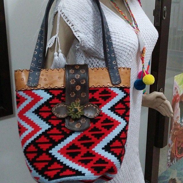 Bolso wayuu con cuero whatsapp 573002069573 www.artesaniasautenticas.com