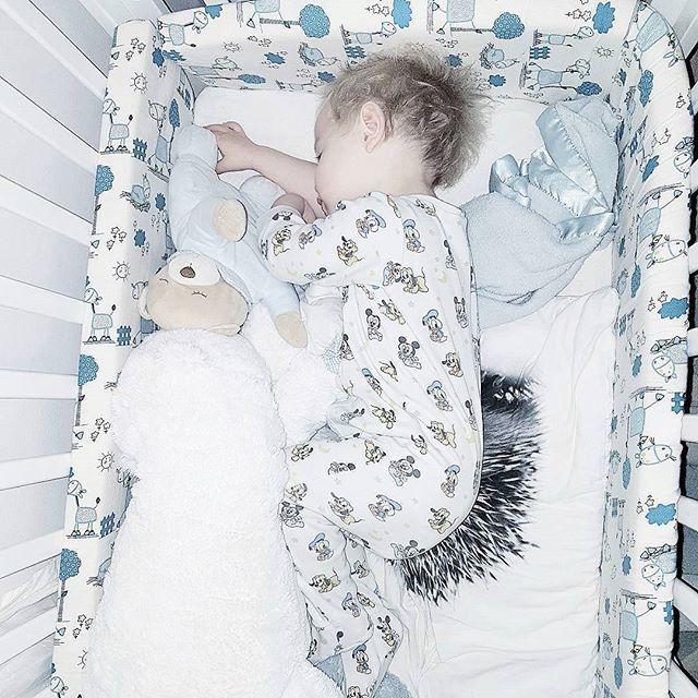 Bustetrollet sover søtt🐑✴ Julian skal ta bhg bilde på torsdag, og jeg aaner virkelig ikke hva han skal gå med. Hva gikk deres barn med?🙊Sov godt, dere❤  #sleeping #gn #goodnight #peaceful #sleepingbeauty #jammies #home #bed #proud #lucky #blessed #cute #perfect #growingup #winter #sweetdreams