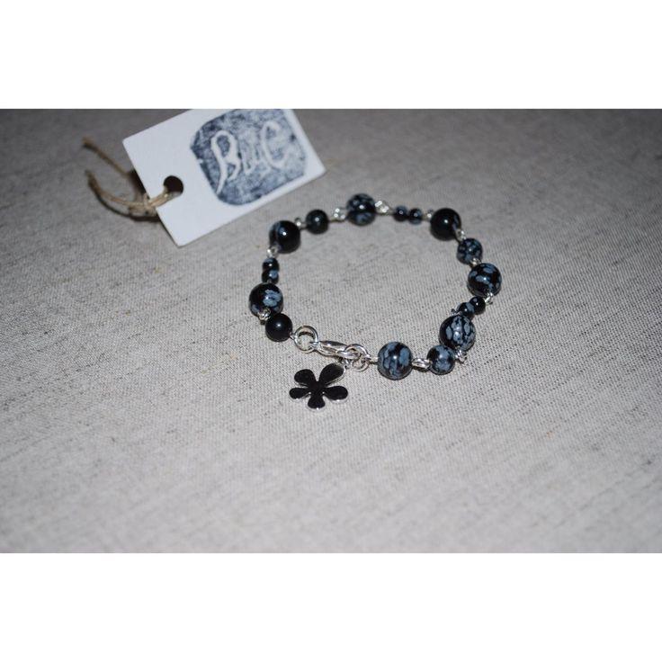 """Obsidienne Snowflake pour ce joli bracelet articulé, des """"flocons"""" blancs sur noir... ce bijou bougera joliment à votre poignet. Breloque en métal argenté.  Bracelet, Bijou création et fabrication artisanale B by C"""