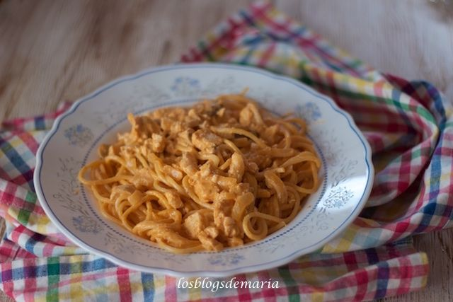 Espaguetis con pechuga de pollo a la salsa de nata y tomate