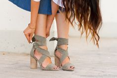 Sandalias tiras atadas en ante color verde con tacón ancho de Raye de Revolve…