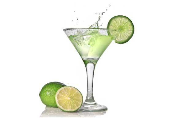 Preparazione cocktail margarita