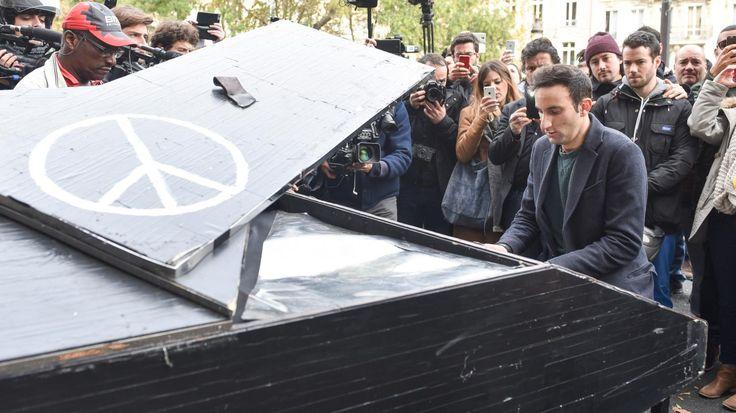 """Au lendemain des attentats qui ont frappé Paris, un pianiste inconnu a voulu protester à sa façon contre la violence et le terrorisme. Il a joué  une version instrumentale de """"Imagine"""" de John Lennon.  Le contraste offert entre la tristesse émanant du Bataclan et le sourire amené par cet hymne à la paix rappelle que la chanson de l'ancien Beatle reste une arme pacifique extrêmement efficace pour dénoncer toute forme de violence."""