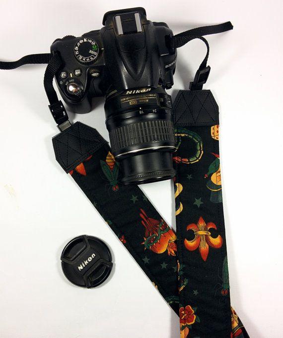 Tracolla per fotocamera SLR, DSLR, imbottita, in cotone nero fantasia Sailor Jerry. Tracolla fotocamera unisex