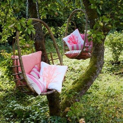 Nie tylko ciepła i słoneczna pogoda sprawiają, że czas miło spędza się w ogrodzie. Ciekawa aranżacja ogrodu sprzyja spędzaniu w nim czasu. Ważny jest komfort, styl i pomysłowość. Dla romantyków, którzy mają w ogrodzie oczko wodne przydadzą się pływające świeczki. http://www.sztuka-krajobrazu.pl/447/slajdy/lato-w-ogrodzie