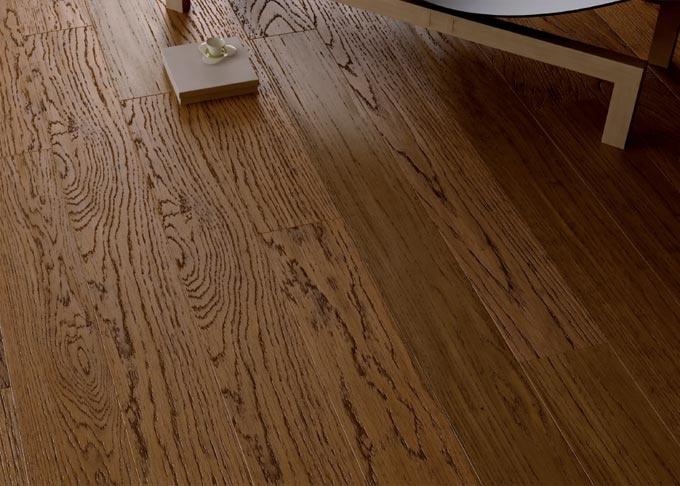"""Pavimenti prefiniti in legno oasi - tavolato rovere piallato a mano """"tinto castagno""""."""