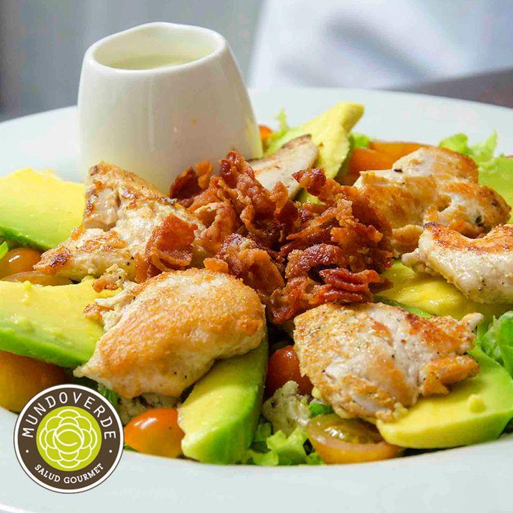 ¿Qué tal para tu comida de hoy nuestra #MixSalad? Variedad de lechugas, pollo a la parrilla, queso azul, aguacate, pepino cohombro, tomates cherry y tocineta crujiente con salsa ranch. ¿Suena bien, cierto? #MundoVerde #Viernes #RestaurantesMedellín