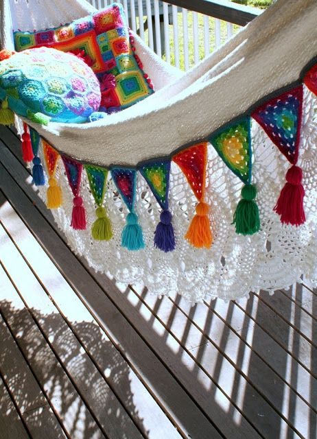 Edging a hammock with Granny Bunting Triangles. {How to create Granny Bunting Triangles found here: http://attic24.typepad.com/weblog/granny-bunting-triangles.html } ༺✿ƬⱤღ  https://www.pinterest.com/teretegui/✿༻