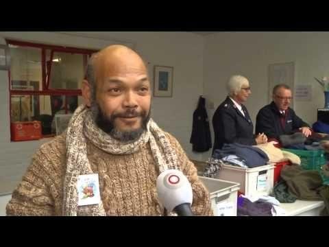 ▶ Gebreide truien door daklozen - YouTube