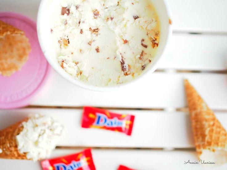 Mitä kesä ja helteet olisivatkaan ilman jäätelöä? Loman alkamisen kunniaksi päätin tehdä jäätelöä itse kotona. Glugoosisiirapin ansiosta jäätelön valmistaminen ilman konetta kotikeittiössä on helppoakin helpompaa. Olen tehnyt jäätelöä ennenkin kotioloissa, mutta nyt päätin kokeilla tätä paljon puhuttua kolmen aineen ohjetta, tosi hieman muunneltuna, jotta massa ei olisi niin kovin äklömakeaa Daim-rakeiden kanssa. Korvasin osan …