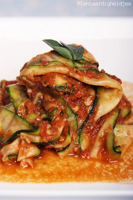 Plantaardigheidjes: Courgette pasta met smaakvolle tomatensaus