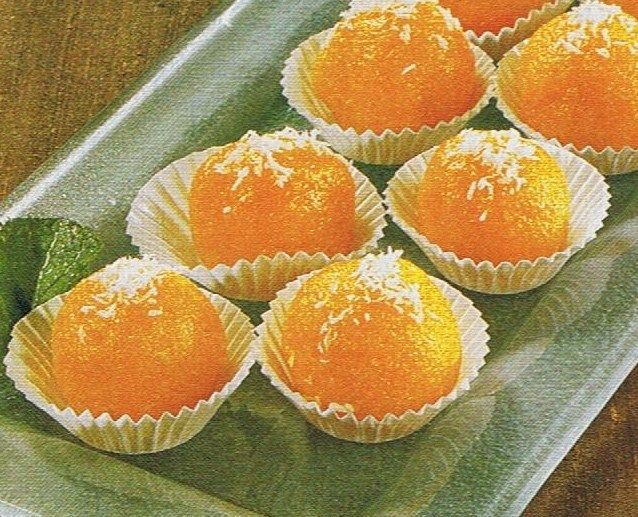 Ingredientes: 300 grs de açúcar; 15 gemas; 150 grs de coco ralado; coco ralado q.b. Preparação: Misture o açúcar com 1,5 l de ág...