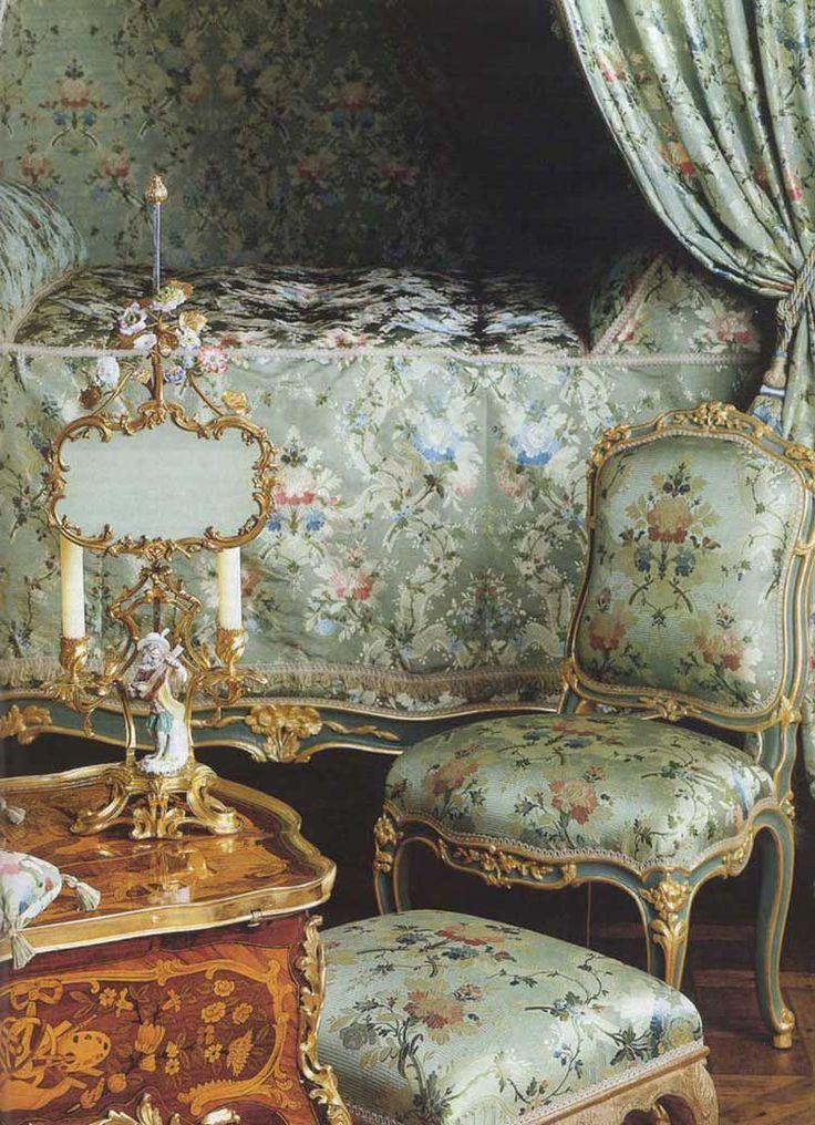 """O quarto no apartamento de Madame de Pompadour dentro do palácio de Versalhes Este apartamento está localizado no sótão acima do Apartamento Estado do Rei, acima dos salões Mercury e Apollo.  Foi ocupada, 1745-1750, por Madame de Pompadour.  A bela talha de madeira é pintada de branco e verde """"verniz Martin"""".  A mobília que pode ser visto aqui hoje remonta ao século 18.  Perto dali, Madame de Pompadour tinha uma """"cadeira voadora"""" instalado, um elevador genuína pouco que poderia ser conduzida…"""