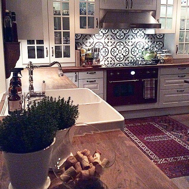 Kökluckor från tak till bänkskiva, vitrinskåp, kakel