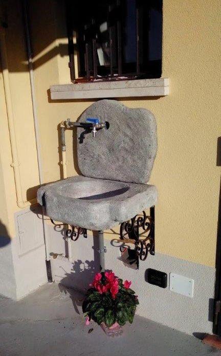 Lavello da giardino in pietra ricostruita, mod. Anterselva, finitura: antichizzato.  Località: Padova.
