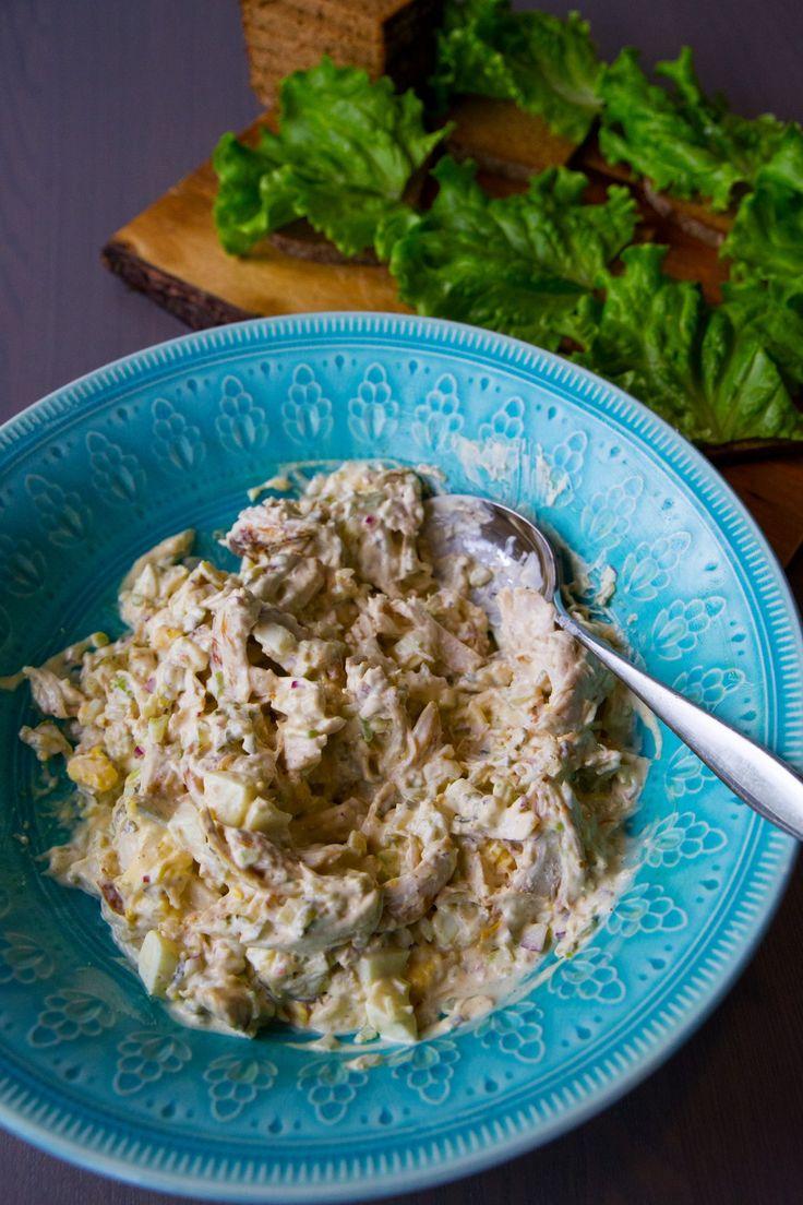 Kycklingröra recept Röra:  3 st kyckling 2 st hårdkokta ägg (ersättas med 2 dl kokta ärtor) 0,5 rödlök 2 selleristjälk 3 st ättiksgurka/0,5 dl bostongurka 1 dl majonäs 2 dl créme fraîche 1 msk dijonsenap ½ citron Salt Peppar **Kryddor till grillad kyckling: 1,5 tsk grillkrydda 1 tsk curry 3/4 tsk gurkmeja 1 tsk paprikapulver Salt & peppar