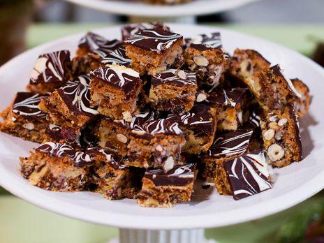 Gör som Ernst och servera danskt julgodis med en blandning av valnötter, hasselnötter, torkade fikon och aprikoser samt choklad.