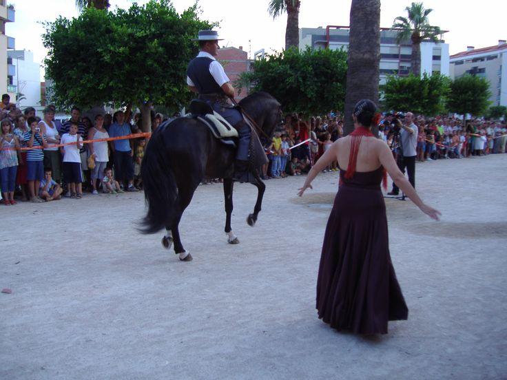 Caballo y bailarina danzando juntos en Benicarló (Castellón) España.