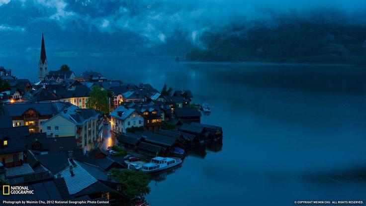 Hallstatt en Austria. Fotografia de Weimin Chu para National Geographic. A la derecha el lago Hallstätter See.
