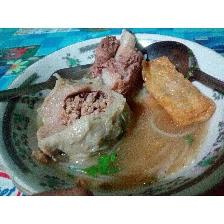 Bakso Kranjingan. Terdiri dari bakso isi daging cincang, tahu, dan ada iga sapinya. Pecinta daging dan bakso mungkin suka ini.