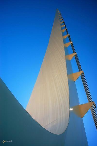 мост Солнечные часы – #Соединённые_Штаты_Америки #Калифорния (#US_CA) Чем еще может являться мост, кроме как переправой? Произведением искусства, торговым и жилым местом, фонтаном - о таких мы уже писали. А сегодня хотим рассказать про мост, который также является огромными солнечными часами. Собственно, это творение знаменитого архитектора Сантьяго Калатравы в калифорнийском городе Реддинг так и называется - Sundial (Солнечные часы). Эксклюзивный мост обошелся городскому бюджету в 23,5…