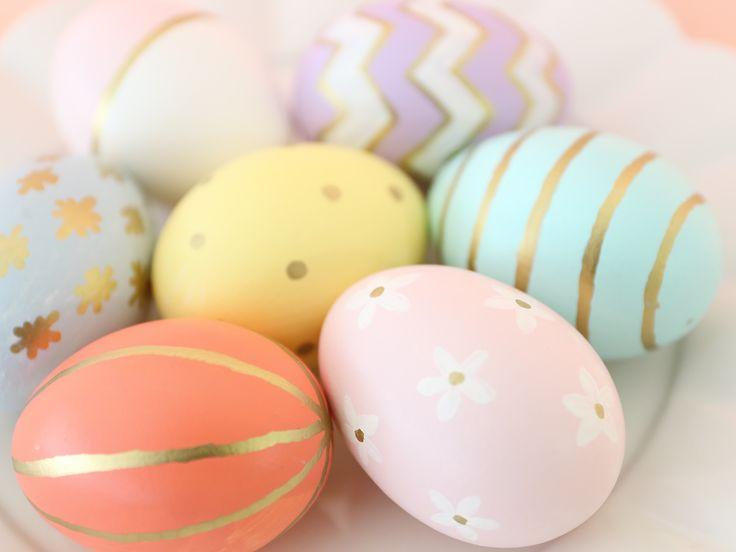 キリスト教の春のお祭りイースターに欠かせないイースターエッグ。  イースターは、十字架にかけられたキリストが三日目に蘇ったことを記念する祝日で、「復活祭」とも呼ばれます。 この復活祭を祝って、生命誕生の象徴である卵に、ペイントやデコレーションを施して作るのがイースターエッグです。
