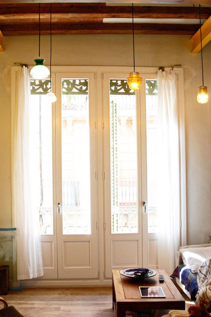 Renovamos las ventanas de madera antiguas de una vivienda en Barcelona con nuevas balconeras de la serie Silva 68 de Carreté Finestres.