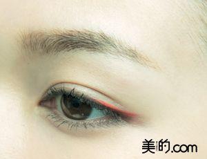 顔色キレイ!な「冬の赤メーク」③イノセントな赤 | 美的.com 細いチップに赤のアイシャドウをとり、黒目端の目尻側1/3部分から、目の際にラインを引きます。目尻は3㎜程水平に長めに引き、赤ラインの余韻を残して。