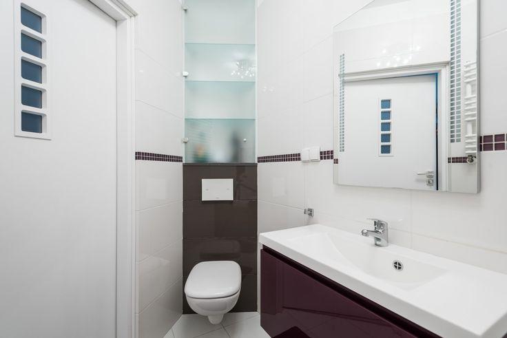 Doskonale dobrane kolory, łazienka sprawia wrażenie przestronnej i przytulnej.