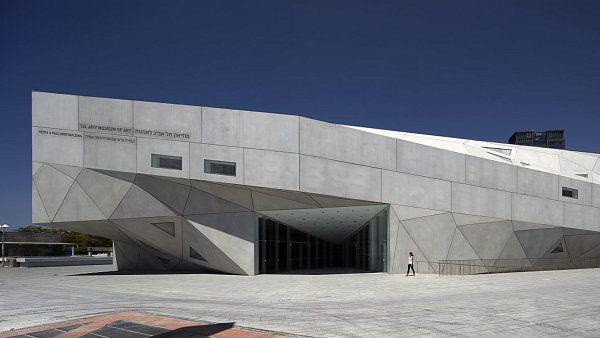 Preston Cohen: Museum umění v Tel Avivu  Drží se futuristických tvarů a ostrých, geometrických přechodů. Přesto nová Budova Herty a Pavla Amirových obohacuje muzejní areál v Tel Avivu. Stavba působí, jako by byla z papíru, a poskytuje prostor pro tři různé galerie.