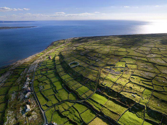Írország nyugati partján található a Galway-öbölben az Aran-szigetek, amely három szigetből álló szigetcsoport. Az Inishmore, Inishmaan és Inisheer szigetek évszázadok óta vonzzák a látogatókat. A szigetek elszigeteltek, a lakóik megtartották a hagyományos életmódjukat jobban, mint Írország más részein, így az idelátogatók bepillantás nyerhetnek az ország gazdag múltjába...