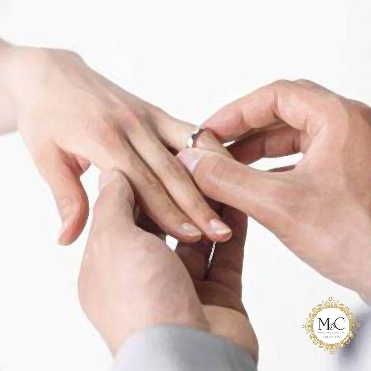 Aliança de noivado para formalizar o pedido de casamento o noivo pode presentear a noiva com uma aliança de noivado e também passar a usar uma. Essa aliança pode ser de ouro, um anel de diamante ou outra pedra. Se for uma aliança de ouro, ela costuma ser usada na mão direita, passando para a esquerda no casamento. Quando é um anel com pedra, a noiva pode escolher em que mão usará.