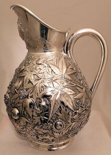 Jarra de plata esterlina con repujado de la decoración de flores y mariposas  Durgin