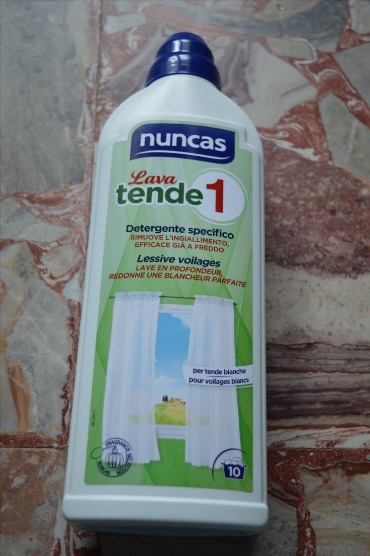 Nuncas lava tende 1 Tende 1 lava è l'unico detergente specifico studiato per rimuovere con delicatezza fuliggine, smog, ingiallimento e cattivi odori da tutti i tipi di tende. Efficace già a freddo, rispetta le fibre delicate, le decorazioni, i codini e il velcro, ridonando al tessuto luminosità e freschezza. Modo d'uso: In lavatrice: Selezionare il programma più adatto al tipo di tessuto non superando mai i 40°C. A mano: Sciogliere il prodotto in acqua tiepida. Immergere le tende e…