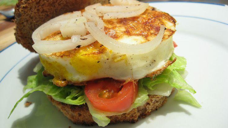 Рыбный бургер   Бургер с нежным филе белой рыбы – хороший вариантом для тех, кто хочет сделать свой рацион более легким.  Понадобится: филе белой рыбы – 250 гр., майонез – 3 столовые ложки, пучок укропа, перец чили – 1 штука, дижонская горчица – 1 чайная ложка, луковица – 1 штука, лимон – 1 штука, булочки с кунжутом – 2 штуки, салат романо – 2 листа, каперсы – 1 столовая ложка, корнишоны – 5 штук.   Приготовить соус тартар: соединить майонез, мелкорубленые корнишоны, каперсы, петрушку и сок…
