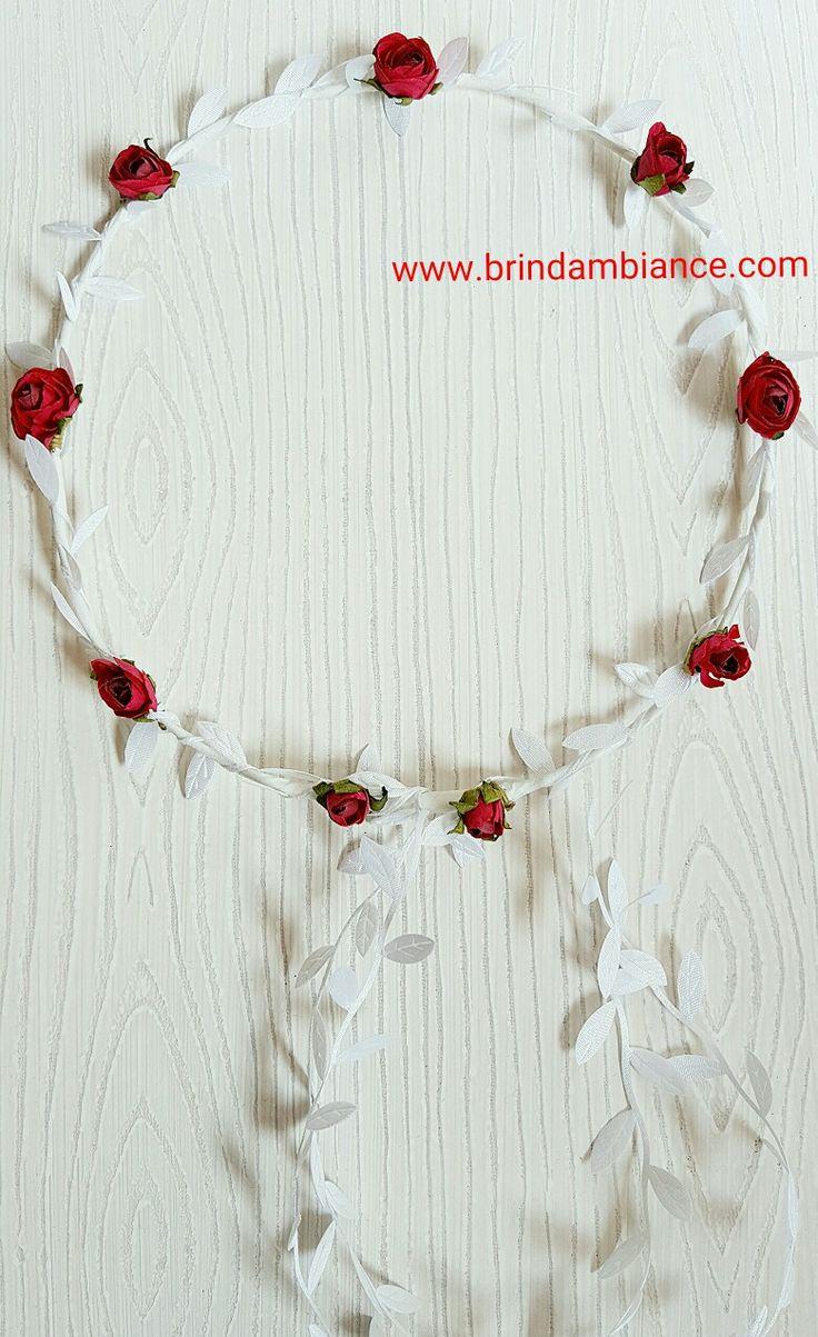Couronne de fleurs rouges et ruban en satin blanc. Confectionnée par Brin d'ambiance Dinan