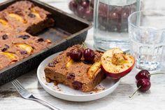 Recept voor havermouttaart voor 4 personen. Met bakpapier, ei, kwark, nectarines, kers, havermout, honing, kaneel en koekkruiden