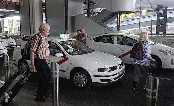 Carmena pide a Competencia que estudie la oferta de Uber al aeropuerto de Barajas