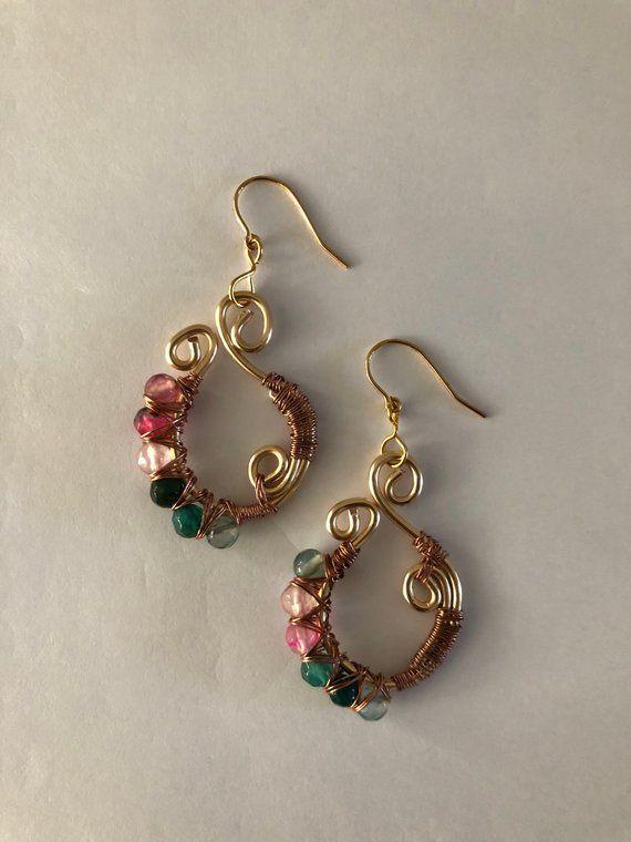 59d7b771c8b1 Alambre envueltos pendientes hechos con hilo de cobre color oro y piedras  semipreciosas de color rosa